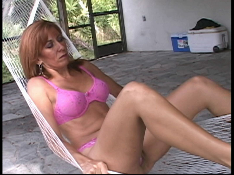 Mature amateur gets her pussy eaten out 2